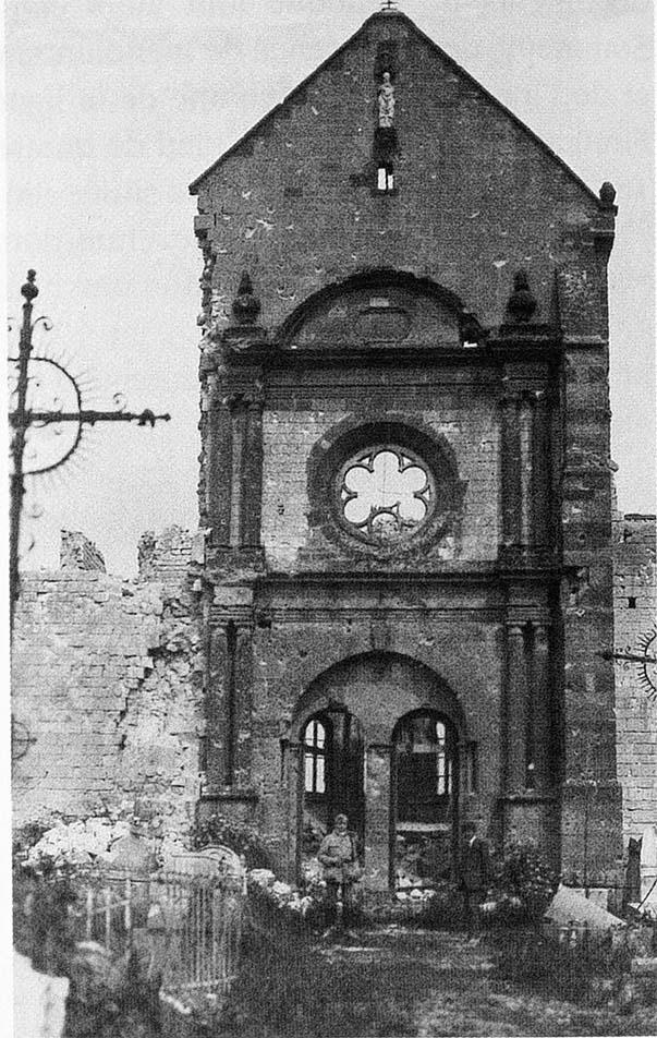 Le portail Ouest de l'église Saint-Martin à Sommepy-Tahure après la Grande Guerre