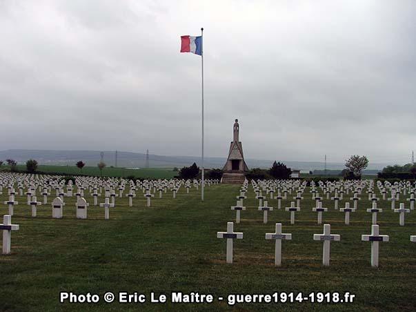 Le drapeau tricolore et chapelle-mausolée du cimetière militaire de Sillery