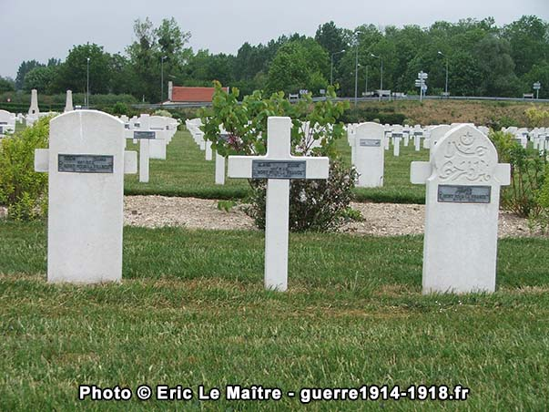 Trois sépultures de soldats français tombés en 1918