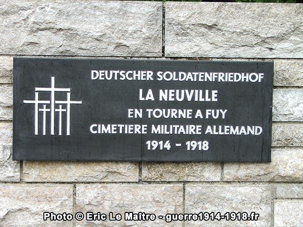 Plaque à l'entrée du cimetière militaire allemand de La Neuville-en-Tourne-à-Fuy