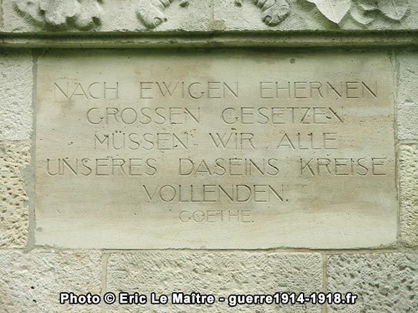 Poème de Goethe sur le monument aux morts du cimetière allemand de La Neuville-en-Tourne-à-Fuy