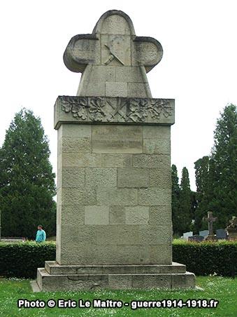 Monument aux morts allemand d'époque du cimetière de La Neuville-en-Tourne-à-Fuy