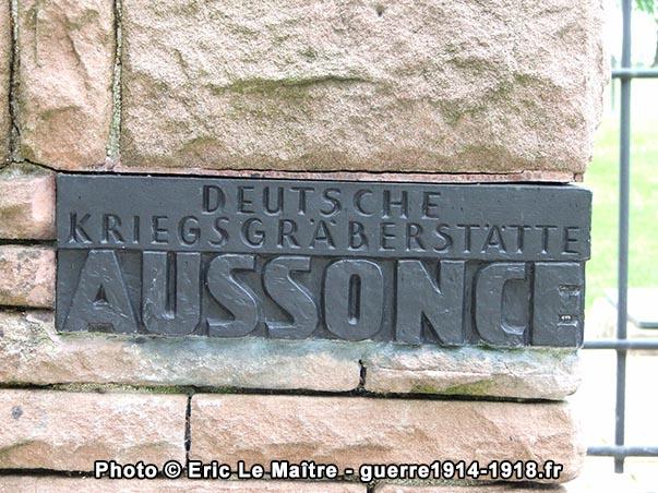 Plaque à l'entrée du cimetière militaire allemand d'Aussonce