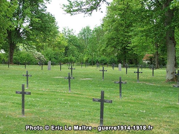 Première vue de l'intérieur du cimetière militaire allemand d'Aussonce