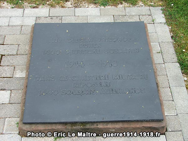 Plaque posée au sol à l'entrée du cimetière militaire allemand d'Aussonce