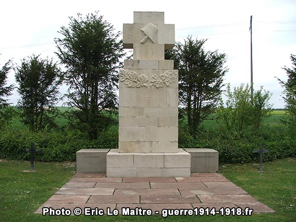 Le monument aux morts d'époque du cimetière allemand d'Aussonce