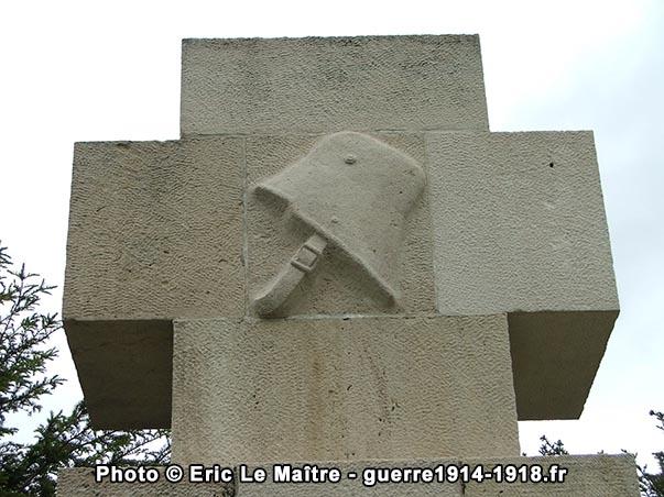 Un casque d'acier allemand sculpté sur la partie haute du monument aux morts