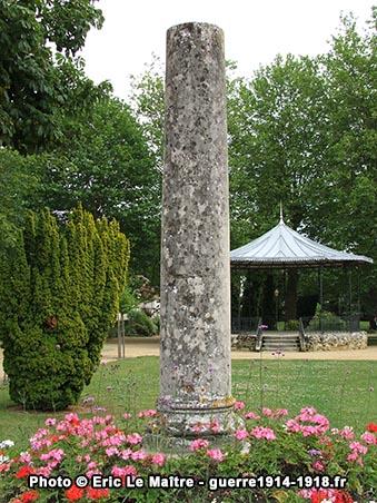 Plan rapproché de la colonne romaine du jardin des Petits Prés à Château-Thierry
