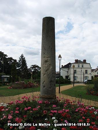 Vue arrière de la colonne romaine du jardin des Petits Prés à Château-Thierry