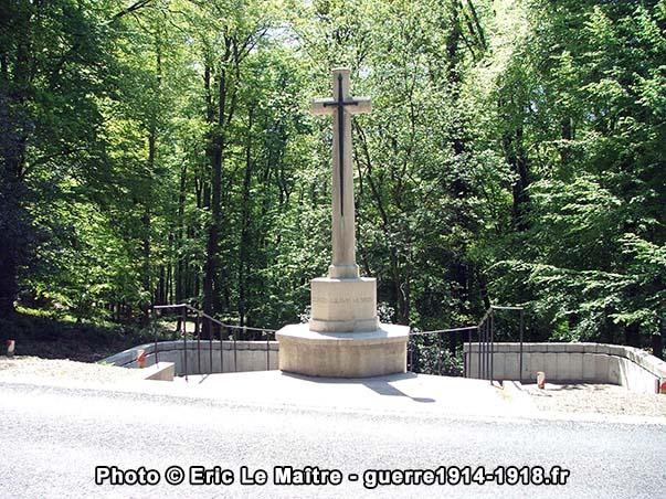 """La croix du sacrifice du cimetière militaire britannique """"Guards Grave"""" à Villers-Cotterêts"""