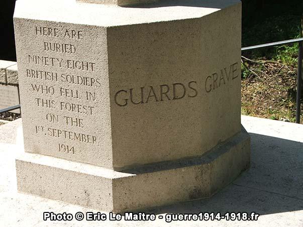 """Inscriptions sur le socle de la croix du sacrifice du cimetière """"Guards Grave"""" à Villers-Cotterêts"""