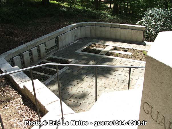 """Partie gauche du cimetière militaire """"Guards Grave"""" à Villers-Cotterêts"""
