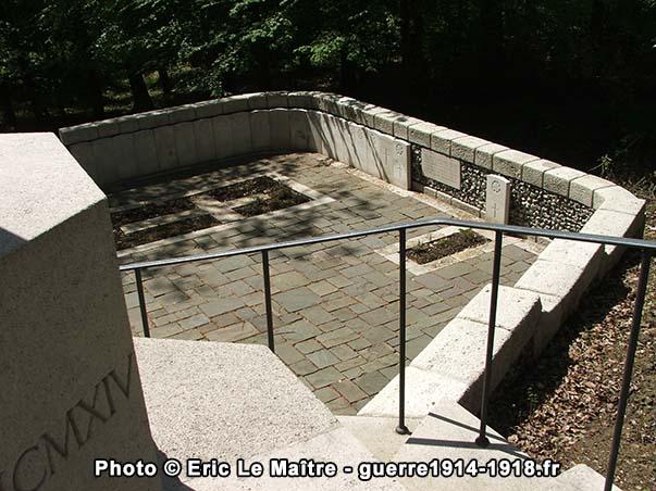 """Partie droite du cimetière militaire """"Guards Grave"""" à Villers-Cotterêts"""