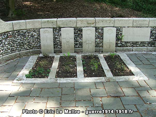"""Tombes de quatre officiers au cimetière """"Guards Grave"""" à Villers-Cotterêts"""