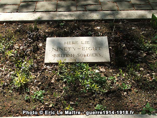 """Plaque sur la tombe commune au cimetière """"Guards Grave"""" à Villers-Cotterêts"""