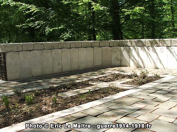 """Alignement de stèles autour de la tombe commune au cimetière """"Guards Grave"""" à Villers-Cotterêts"""