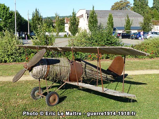 L'avion devant le mémorial de la 3ème division américaine à Château-Thierry