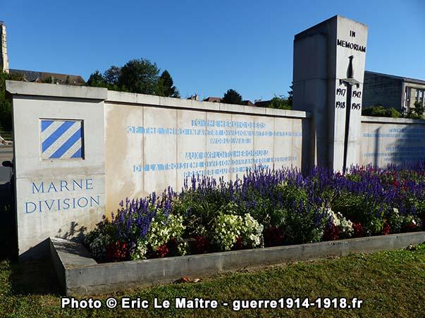 Vue rapprochée des inscriptions du mémorial de la 3ème Division américaine à Château-Thierry