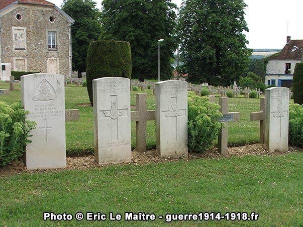 4 tombes de soldats britanniques enterrés parmi leurs frères d'armes français