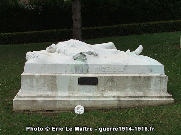 """Le monument """"Le Linceul"""" photographié de face"""