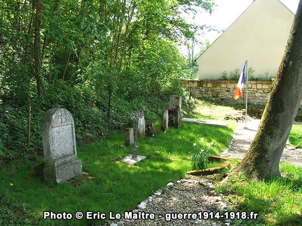 Les restes de pierres tombales du cimetière militaire temporaire de Vingré