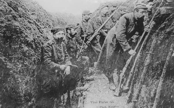 Photographie montrant la 1ère ligne française sur le plateau de Confrécourt