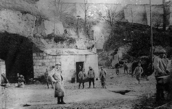 Cantonnement français dans les carrières de Confrécourt et au pied de l'ancienne ferme