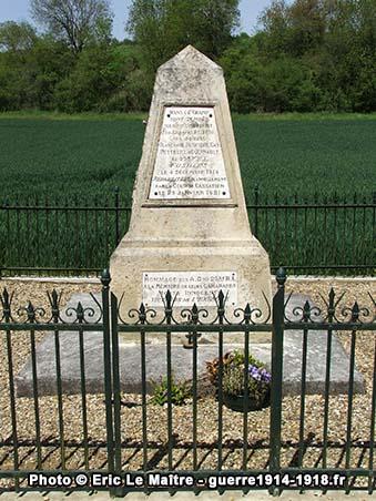 Le monument des fusillés de Vingré vu de face