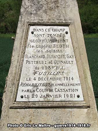 Vue rapprochée de la plaque commémorative principale du monument des fusillés de Vingré