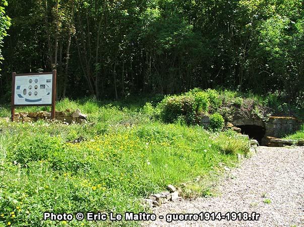 Panneau touristique et cave qui servit de prison aux 6 fusillés de Vingré