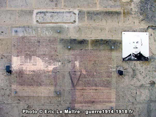 Plaque commémorative en souvenir de Jean Blanchard apposée sur le mur d'une maison de Vingré