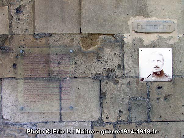 Plaque commémorative en souvenir de Claude Pettelet apposée sur le mur d'une maison de Vingré