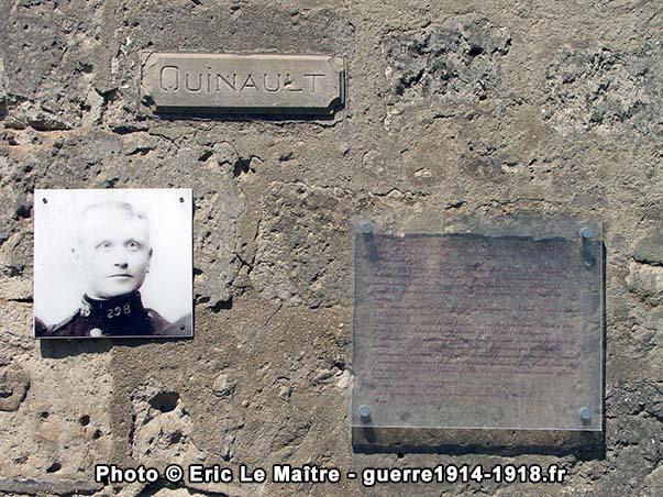 Plaque commémorative en souvenir de Jean Quinault apposée sur le mur d'une maison de Vingré