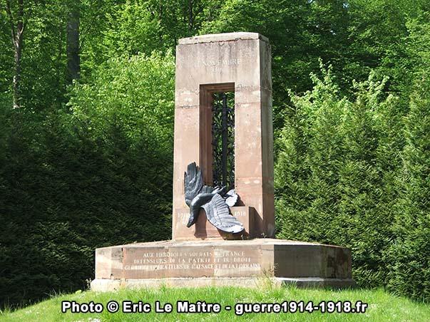 Plan rapproché du monument à l'armée française libératrice de l'Alsace-Lorraine à Compiègne