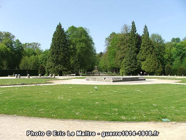 Le monument du matin photographié depuis la clairière de l'Armistice