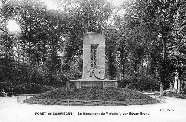 """Carte postale ancienne du monument du """"Matin"""" dans la forêt de Compiègne"""