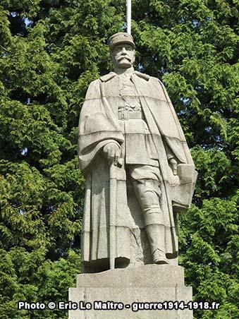 Vue rapprochée de la statue du maréchal Foch à Compiègne
