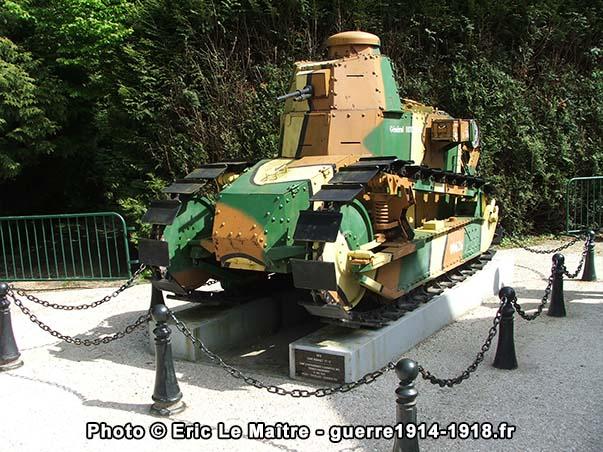 Un char Renault FT 17 de 1918 dans la clairière de l'Armistice