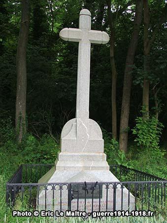 Vue rapprochée de la stèle du capitaine Hugot-Derville à Chauconin-Neufmontiers