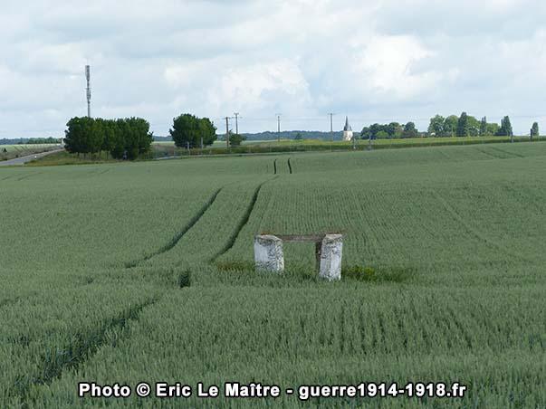 Le puits de Puisieux au milieu d'un champ de blé