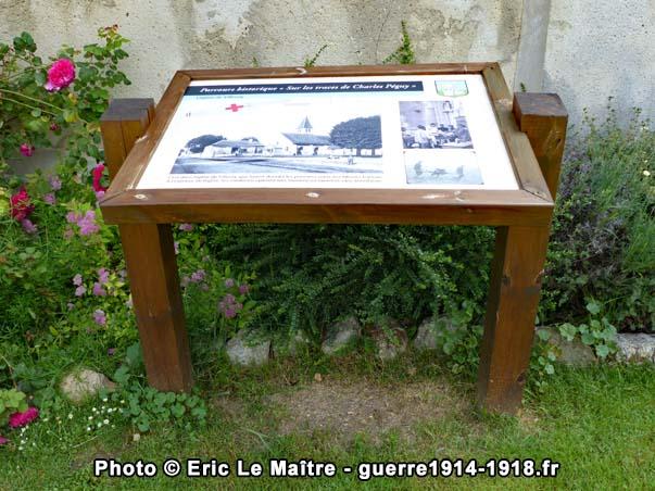 Pupitre devant l'église du parcours historique sur les traces de Charles Péguy