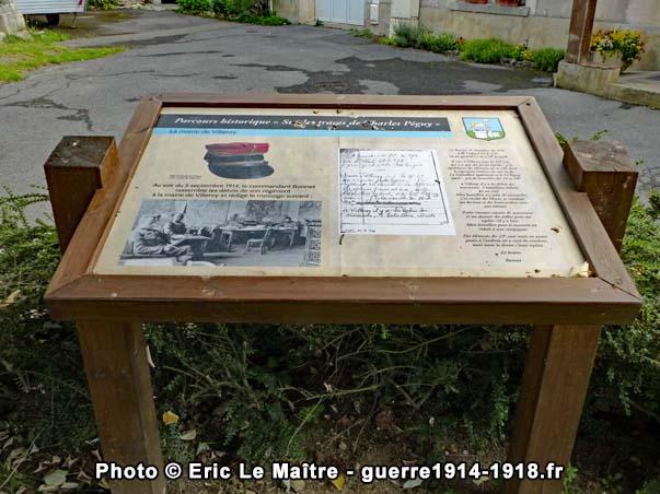 """Pupitre du parcours historique """"sur les traces de Charles Péguy"""" situé face à la mairie de Villeroy"""