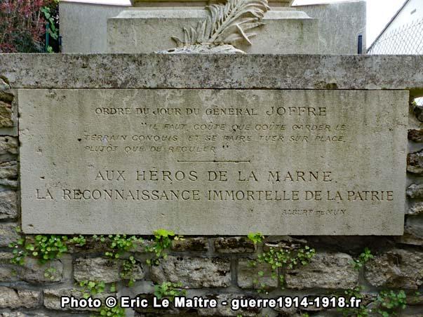 Gros plan sur l'inscription de la plaque commémorative du monument d'Iverny