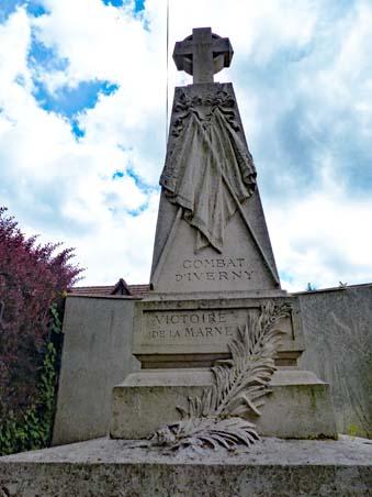 Détails de la partie haute du monument aux héros de la Marne à Iverny