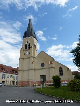 La façade d'entrée et le clocher de l'église Saint-Martin d'Iverny