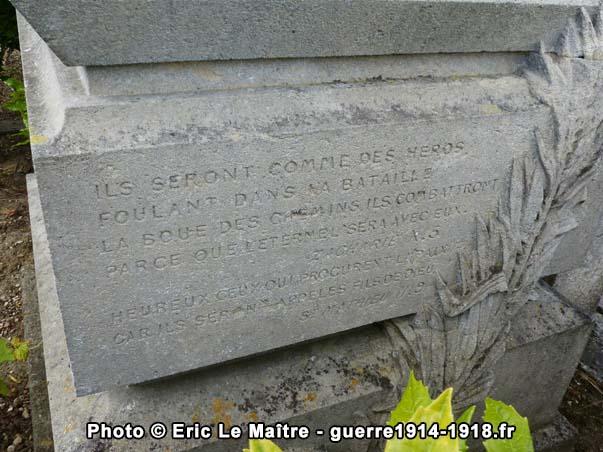 Détails de l'inscription gravée sur le socle du tombeau d'Adolphe Whitcomb au cimetière d'Iverny