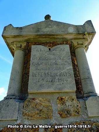 La plaque en haut du monument aux morts de Neufmontiers sur son côté arrière