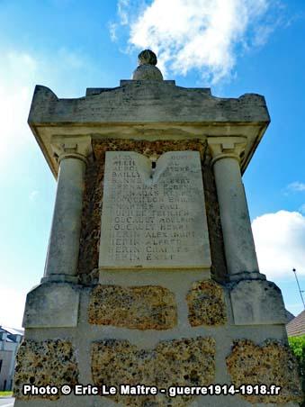 La plaque en haut du monument aux morts de Neufmontiers sur son côté droit