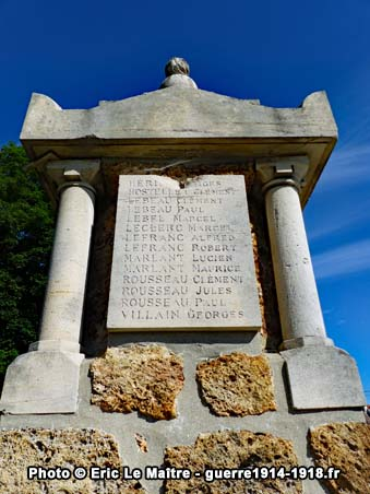 La plaque en haut du monument aux morts de Neufmontiers sur son côté gauche