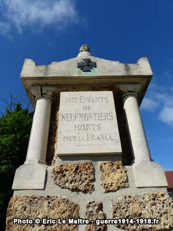 La plaque en haut du monument aux morts de Neufmontiers, côté face